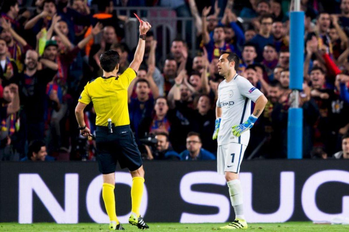 La acción le costó la tarjeta roja Foto:Getty Images. Imagen Por: