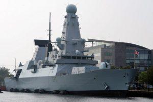El destructor britácnico HMS Duncan sigue los movimientos del grueso del convoy ruso. Foto:AFP. Imagen Por: