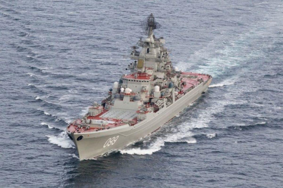 El crucero ruso Pyotr Velikiy, una de las siete naves que escoltan al poderoso Kuznetsov. Foto:AFP PHOTO/FORSVARET. Imagen Por: