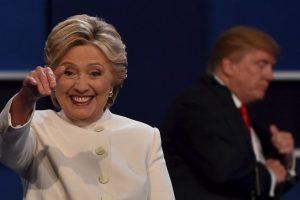 Hillary Clinton saluda a los asistentes tras el debate Foto:AFP. Imagen Por: