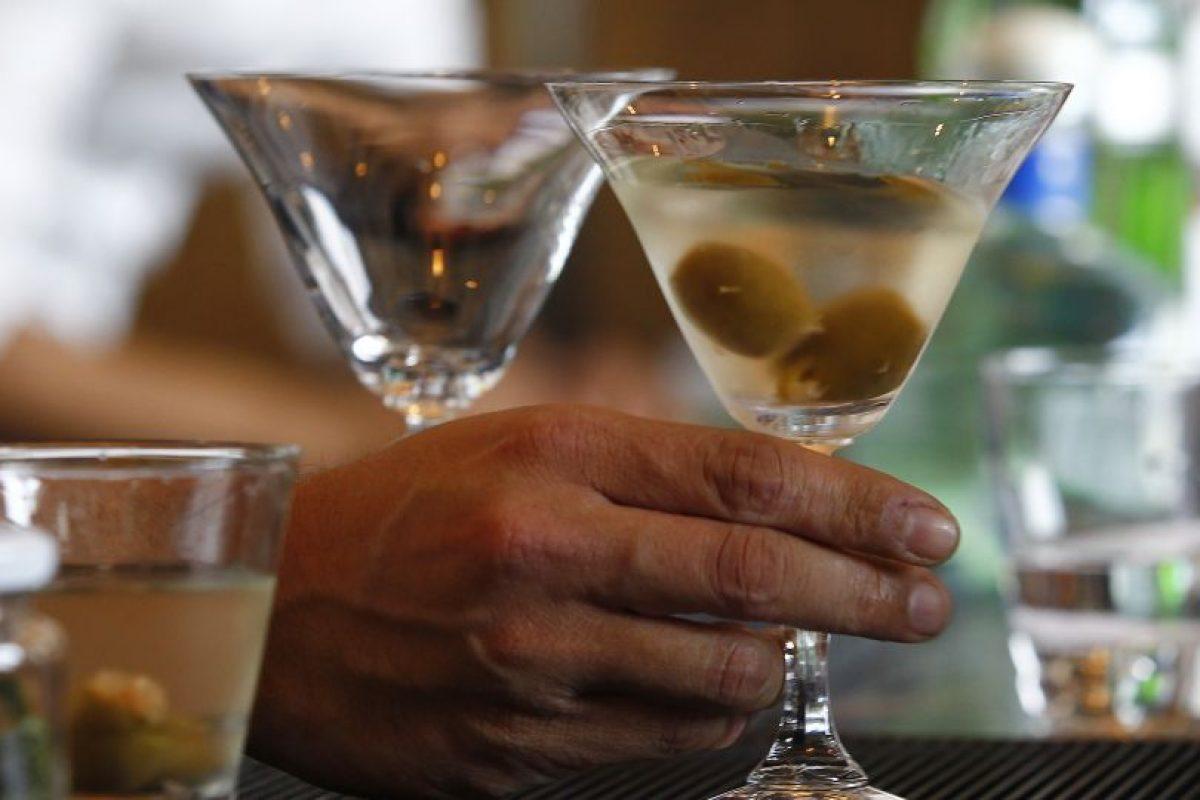 Dicha disposición legal impide el consumo de alcohol tanto al interior de los locales en que habitualmente se expende como fuera de ellos, entre las 05:00 horas de ese día hasta dos horas después del cierre de mesas de votación. Foto:Aton. Imagen Por: