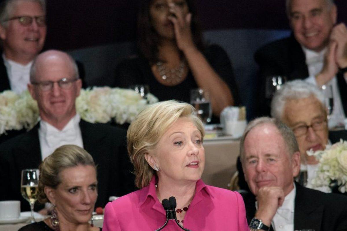 La cena, que se celebró en el hotel Waldorf Astoria, cumple con una tradición de décadas para invitar a candidatos presidenciales a una cena de gala que les permita reflejar su sentido de humor, pero en esta ocasión coincidió con la etapa final de una áspera campaña electoral por los choques entre Clinton y Trump. Foto:Afp. Imagen Por: