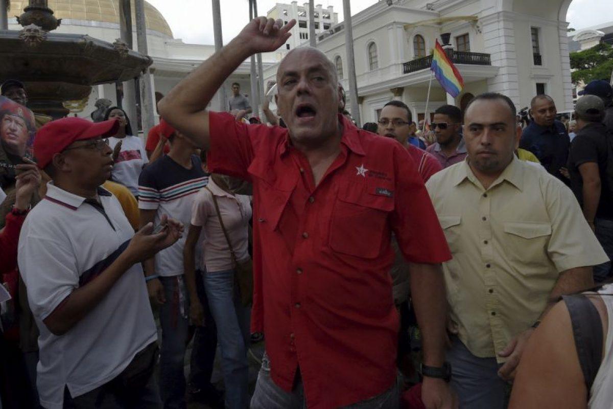 Simpatizantes chavistas ingresan por la fuerza a la Asamblea Nacional Bolivariana Foto:AFP. Imagen Por: