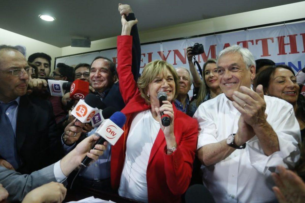 La candidata de Chile Vamos celebró junto al ex Presidente Sebastián Piñera su triunfo sobre la actual alcaldesa Josefa Errázuriz. Foto:Aton. Imagen Por: