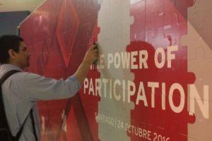 """Varias teorías plantean que el trabajo colaborativo es la pieza fundamental para los avances en código abierto. En el evento de Red Hat quisieron retratar esto, armando un gran puzzle que tenga el mensaje """"The power of participation"""" (El poder de la participación) Foto:Gentileza Red Hat. Imagen Por:"""