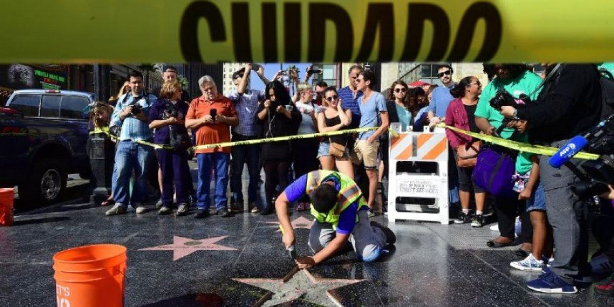 Destrozan a martillazos la estrella de Donald Trump en el Paseo de la Fama en Hollywood