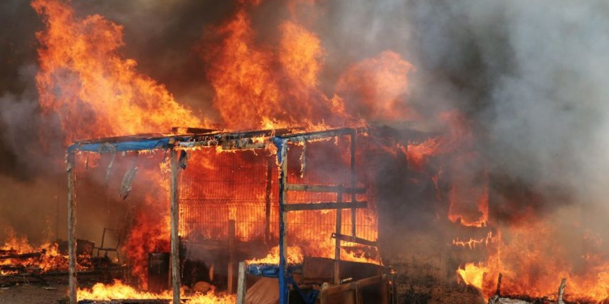 Incendios marcan una nueva jornada en desalojo de campamento de migrantes la