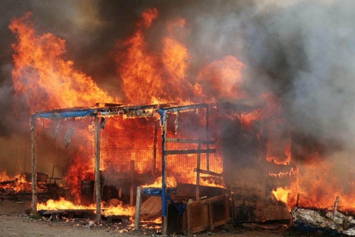 El martes se registraron múltiples incendios en el asentamiento que desde el lunes está siendo desalojado. Foto:Afp. Imagen Por:
