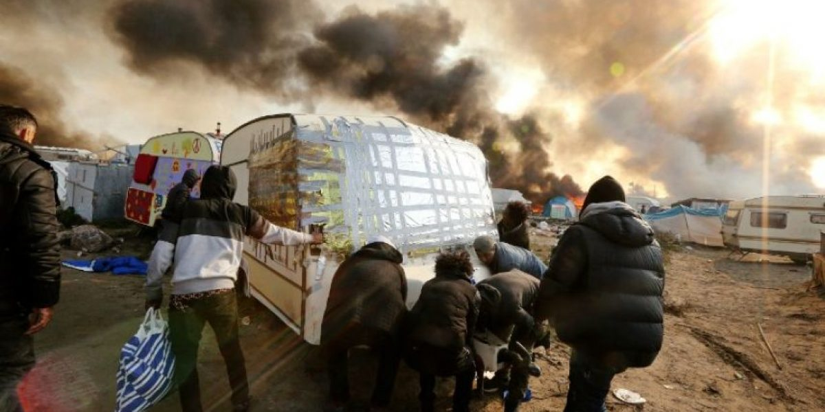 Decenas de migrantes deambulan entre lo que queda de la