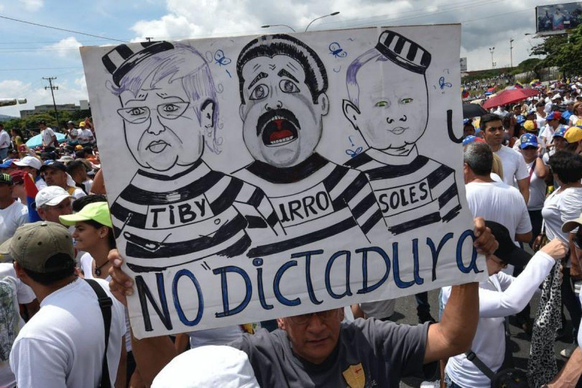 Tras una multitundinaria movilización en todo el país este miércoles, los principales dirigentes de la coalición Mesa de la Unidad Democrática (MUD) convocaron a una huelga general de 12 horas para el próximo viernes. Foto:Afp. Imagen Por: