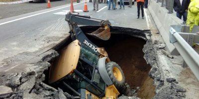 Retroexcavadora cae en socavón en Valparaíso