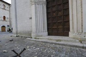 Una cruz cayó desde la fachada de la Iglesia de Santa María, una iglesia gótica que data de 1200, en la pequeña ciudad de Visso en el centro de Italia Foto:AP. Imagen Por: