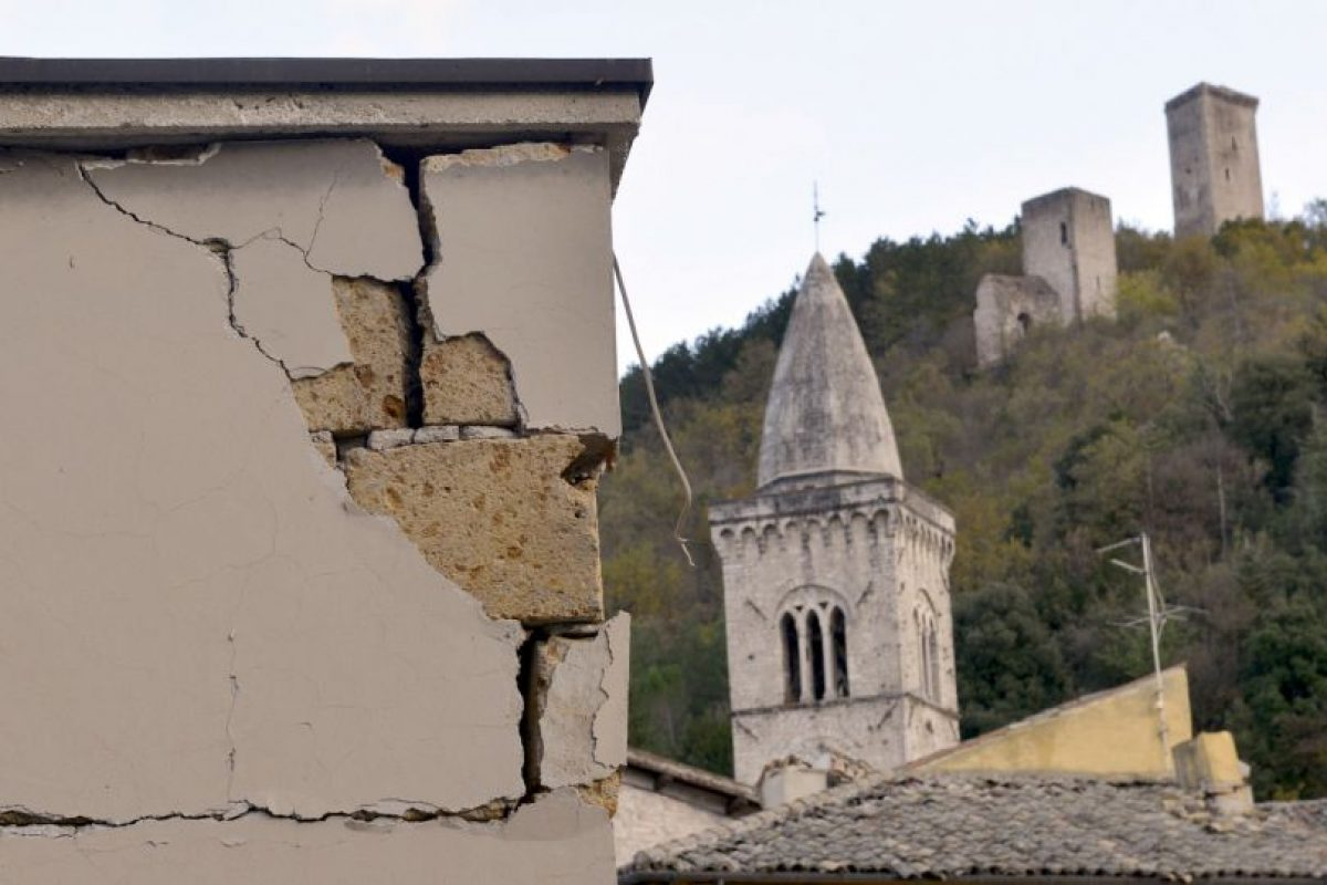 Un edificio dañado enmarca las torres más antiguas que sobrevivieron al sismo en la pequeña ciudad de Visso en el centro de Italia Foto:AP. Imagen Por: