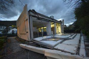 La dañada oficina de correos de Visso, Italia central Foto:AP. Imagen Por: