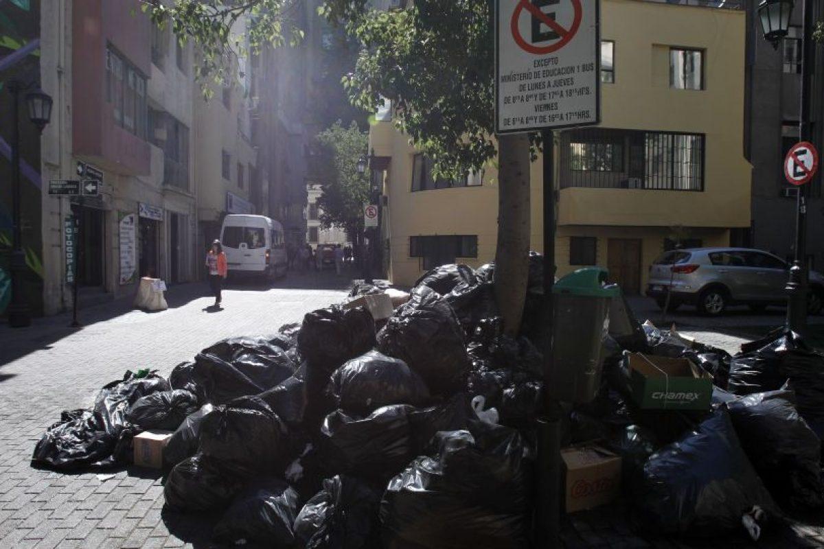 Santiago, a diferencia de otras comunas del país, cuenta con un servicio municipal de retiro de basura y sólo algunas tareas, como barrido de aceras y paseos peatonales, está a cargo de empresas privadas. Foto:Aton. Imagen Por: