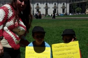 Padres y familias que apoyan esta iniciativa acompañaron a las organizaciones a entregar la carta. Foto:Gentileza Diana Contreras. Imagen Por:
