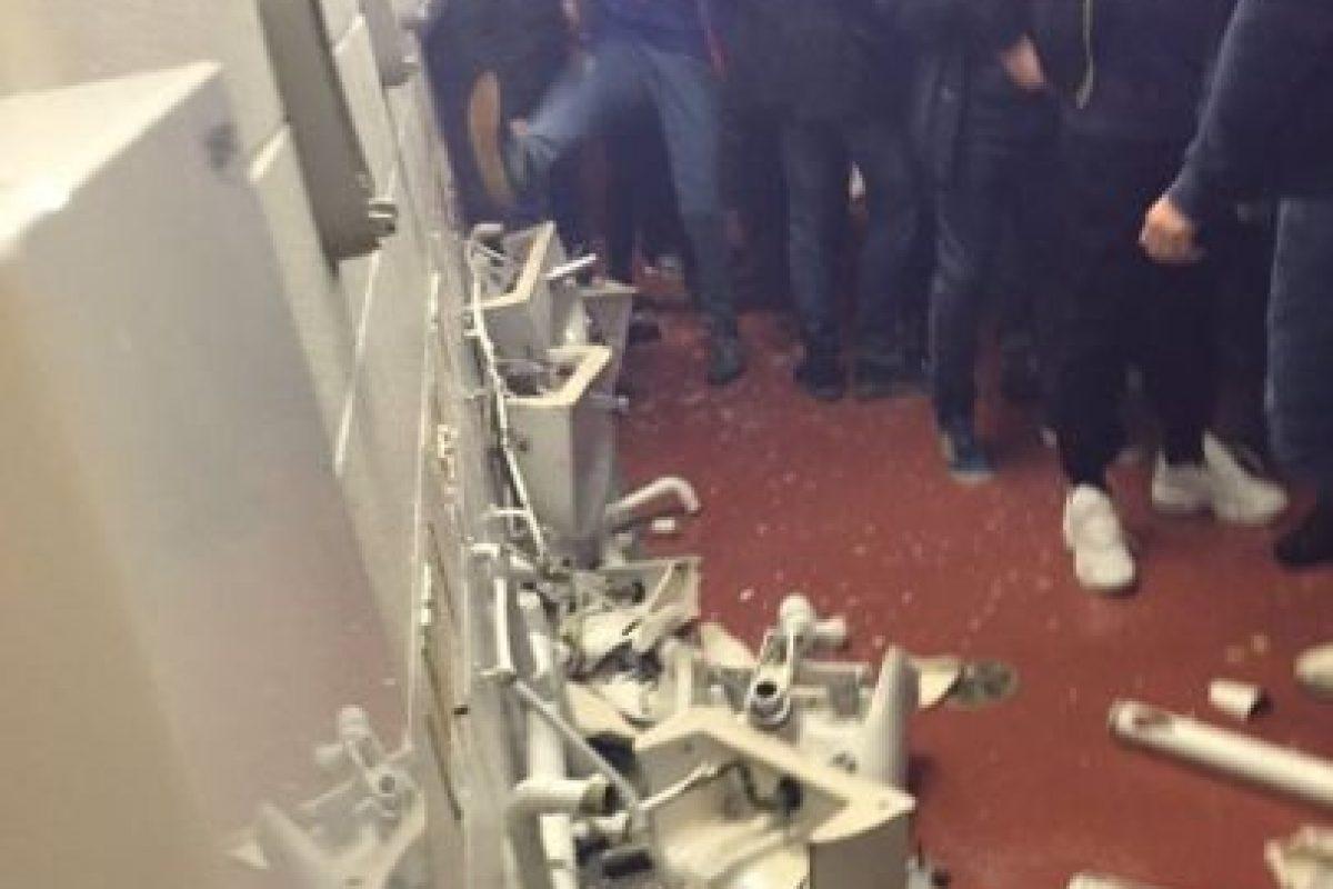 Luego de caer ante Manchester United, los fanáticos de Manchester City rompieron los baños Foto:Twitter. Imagen Por: