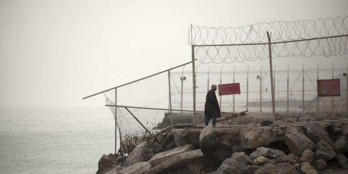 Una treintena de inmigrantes africanos heridos tras saltar valla fronteriza española