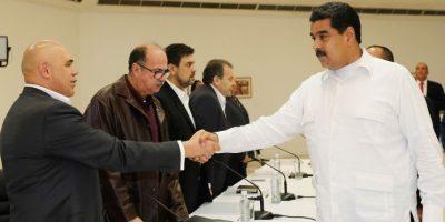 Gobierno venezolano acuerda agenda de diálogo con la oposición que insiste en salida de Maduro
