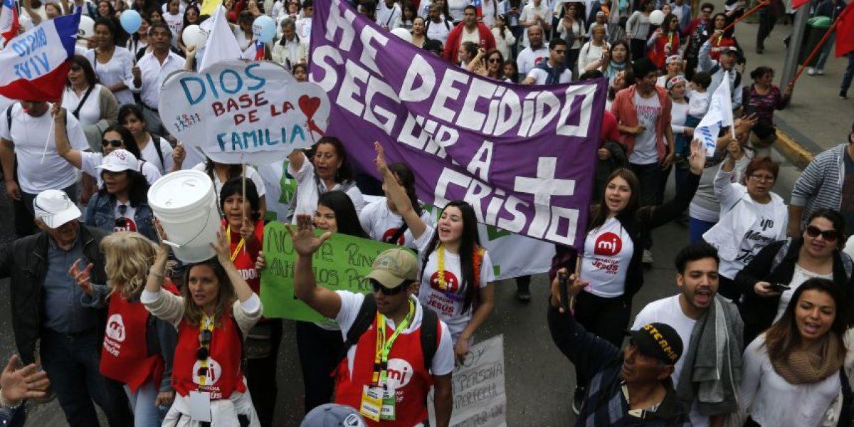 Masiva concurrencia de fieles a marcha por las iglesias evangélicas