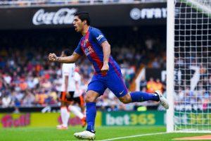 Luis Suárez es seguido por los dos equipos de Manchester Foto:Getty Images. Imagen Por: