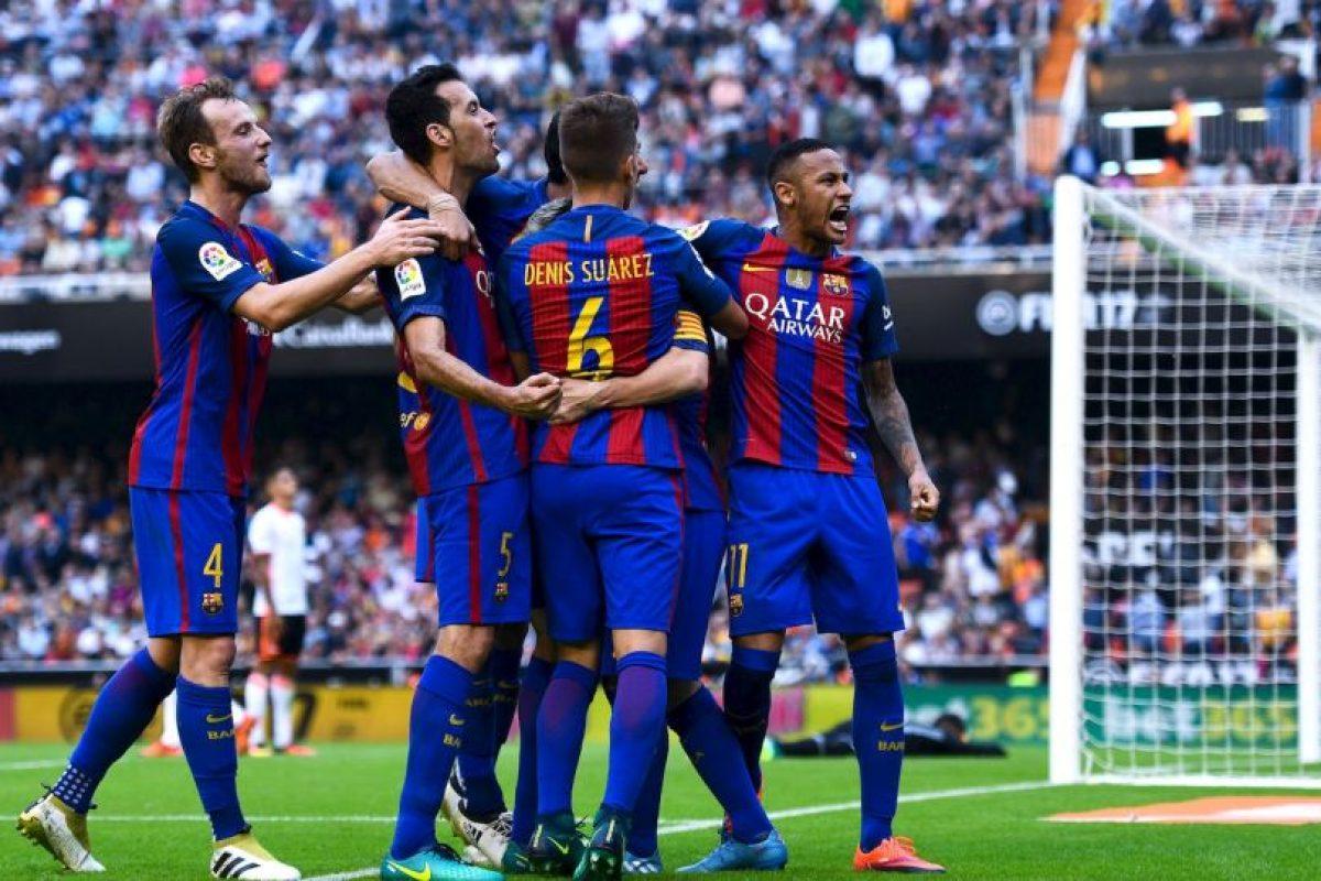 En Valencia se lanzaron contra los hinchas locales. Neymar y Suárez terminaron con botellazs Foto:Getty Images. Imagen Por: