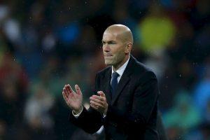 Zinedine Zidane (Real Madrid): Tomó el mando de Real Madrid para reemplazar al despedido Rafael Benítez. Era una apuesta para construir un técnico a futuro, pero respondió. Le entregó un segundo aire a un equipo que parecía que no iba a pelear por nada. Terminó luchando por ganar la Liga y se quedó con el título de la Champions League. La máxima figura del equipo, Cristiano Ronaldo, reconoció el valor que tuvo Zizou para darle un nuevo aire al equipo. 'Con un estilo ofensivo y equilibrado a la vez, devolvió la confianza a sus principales jugadores y, sobre todo, respondió de forma inmejorable a quienes dudaban de su capacidad para entrenar al más alto nivel', rescatan desde la FIFA. Foto:Getty Imges. Imagen Por: