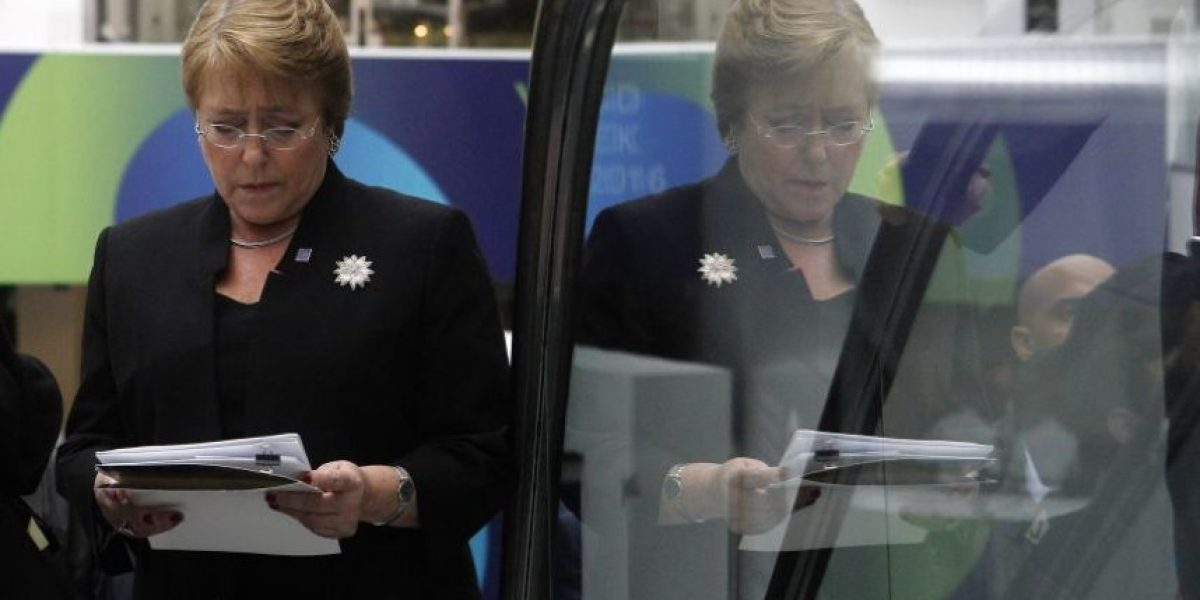 Bachelet deberá pagar más de $2 millones por retirar querella contra revista Qué Pasa