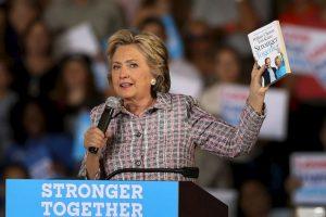 """Mientras que Hillary Clinton publicó """"Stronger Together"""". Imagen Por:"""