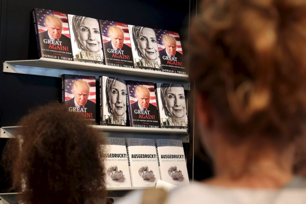 FRANKFURT AM MAIN, GERMANY – OCTOBER 22: Books about Donald Trump and Hilary Clinton are displayed on the Plassen stand at the 2016 Frankfurt Book Fair (Frankfurter Buchmesse) on October 22, 2016 in Frankfurt am Main, Germany. The 2016 fair, which is among the world's largest book fairs, will be open to the public from October 19-23. (Photo by Hannelore Foerster/Getty Images). Imagen Por:
