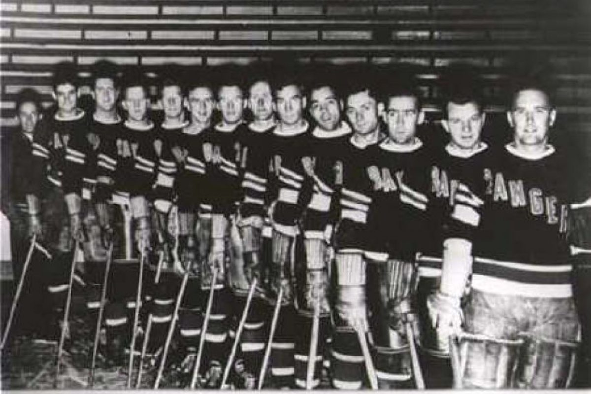 Los papeles quemados: New York Rangers celebró el título de 1940. El equipo de la NHL quemó los papeles de la deuda de su estadio que recién habían terminado de pagar. Pero ese gesto se transformó en una verdadera maldición y estuvieron 54 años sin títulos. En 1994 volverían a celebrar. Foto:Getty Images. Imagen Por: