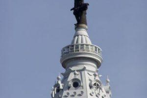 La estatua de William Penn: Fue una maldición que azotó a todos los equipos deportivos de Filadelfia y que se inició en 1987, fecha en que se construyó el One Liberty Place. El gran problema fue que ese rascacielos superó la altura de la estatua de William Penn, fundador de la ciudad, y pareció desquitarse con no darle alegrías deportivas. Los Phillies cortaron la mala racha en 2008, cuando ganaron la Serie Mundial. Precisamente, el año anterior se construyó una nueva estatua de William Penn y fue sobre la municipalidad, llegando más arriba que el One Liberty Place. Foto:Getty Images. Imagen Por: