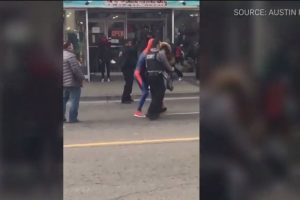 El músico y deportista que en ese minuto vestía completamente como el Hombre Araña, entró en acción para ayudar a los guardias que eran atacados mientras intentaban detener a la mujer. Foto:Reproducción. Imagen Por: