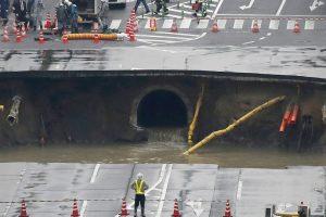 A pesar de la dimensión del hundimiento (de unos 15 metros de profundidad) las autoridades no han informado de ningún herido, aunque se teme que el agujero se siga agrandando y afecte a edificios y estructuras colindantes. Foto:Afp. Imagen Por: