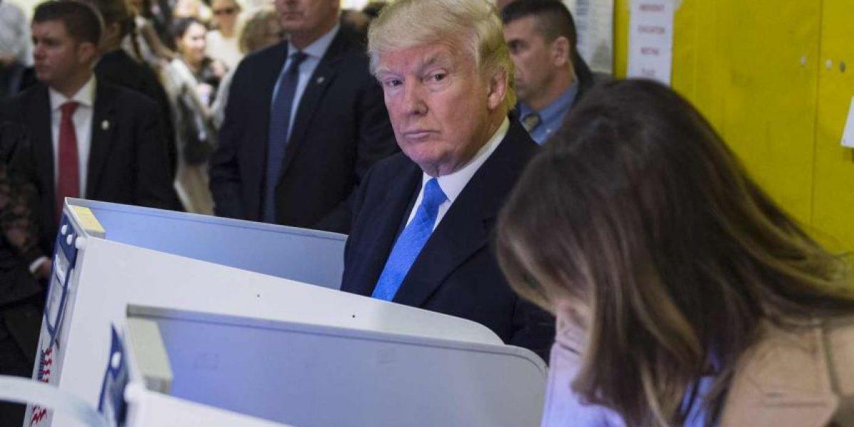 ¿La foto que resume todo? Donald Trump vigiló que Melania votara por él