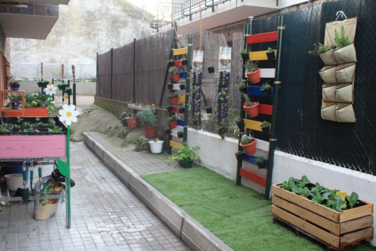 Los huertos urbanos permiten a las familias cultivar sus propias frutas y verduras 100% naturales. Los huertos verticales, permiten optimizar espacio y producción. Foto:Pinterest. Imagen Por: