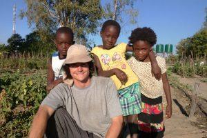 El ingeniero agrónomo Darío Mujica (en la foto) le enseñó a los habitantes de la localidad de Sichili en África sobre cultivo de vegetales. Foto:Fundación África Dream. Imagen Por: