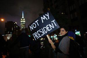 """De Nueva York a Los Ángeles, pasando por Chicago, Filadelfia, Portland (Oregon), Seattle y otras grandes ciudades, los manifestantes gritaban """"Ama, Trump odia"""" o """"Trump Grabbed America by the Pussy!"""" (¡Trump tomó a EEUU por la vulva!). Foto:Afp. Imagen Por:"""