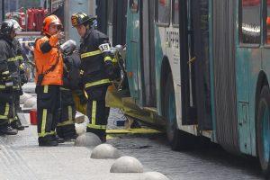 El hecho ocurrió en Compañía con Teatinos donde por causas que se investigan una de las máquinas colisionó por detrás al otro bus y al automóvil. Foto:Aton. Imagen Por: