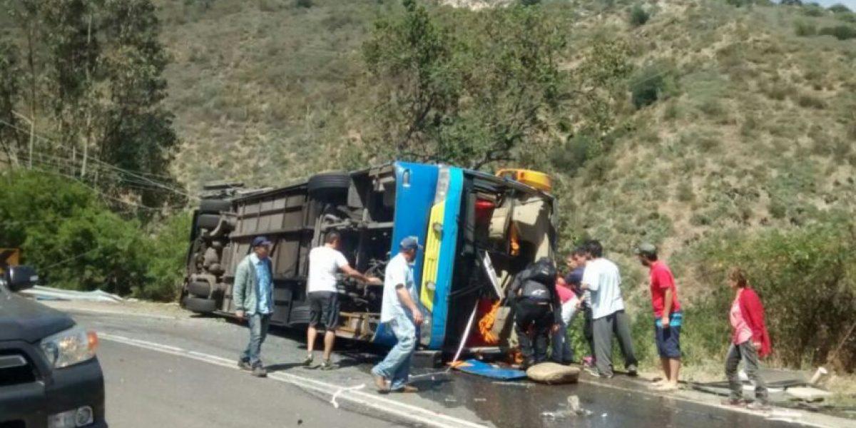 Tres personas con riesgo vital tras volcamiento de bus de cuesta La Dormida