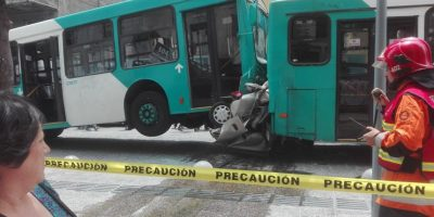 Auto quedó aplastado entre dos buses del Transantiago: dos muertos