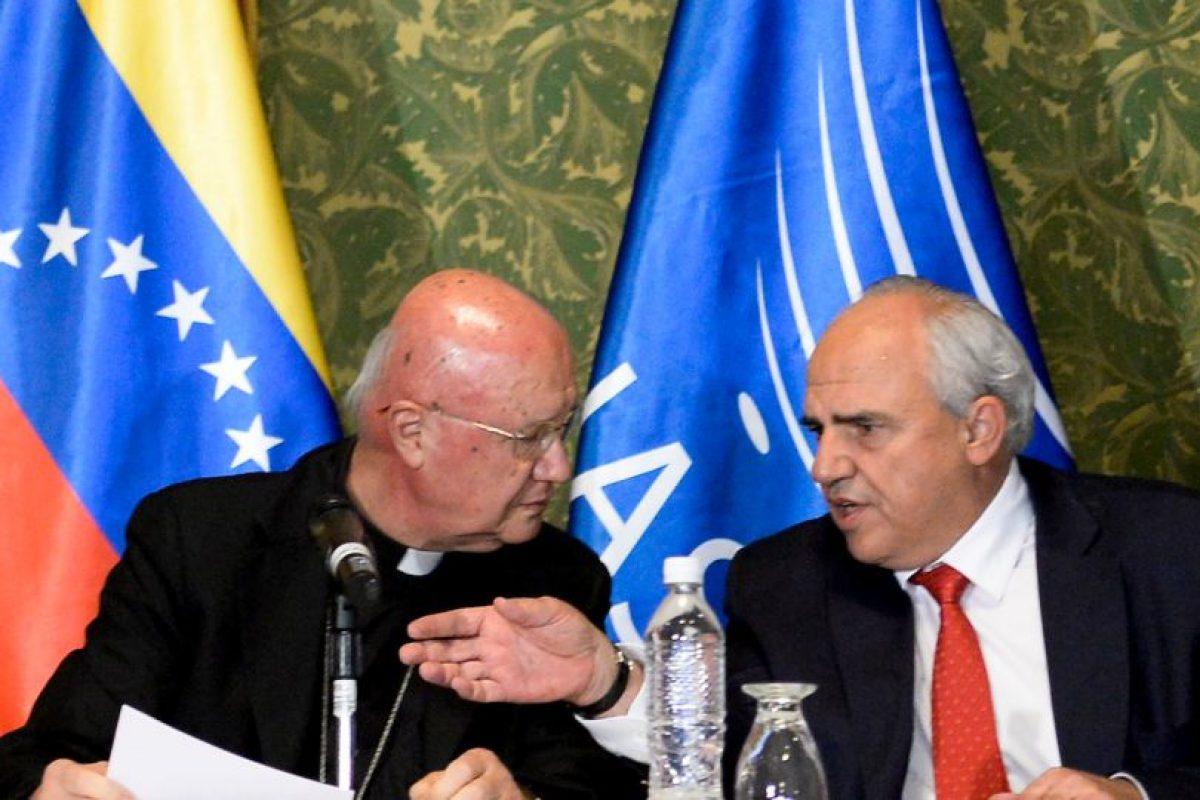 El arzobispo Claudio María Celli, enviado especial del papa Francisco, y el secretario general de Unasur, Ernesto Samper, entregaron detalles del documento de acuerdo Foto:AFP. Imagen Por: