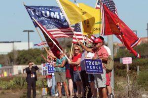 Partidarios del presidente electo enarbolan banderas ante la base de Camp Pendleton. Foto:AFP. Imagen Por: