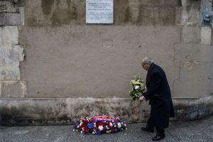 Las ceremonias empezaron a las 09H00 locales frente al Estadio de Francia, donde Hollande desveló una primera placa en memoria de Manuel Dias, un portugués de 63 años que murió a pocos metros del estadio cuando un kamikaze hizo estallar su cinturón de explosivos. Foto:Afp. Imagen Por: