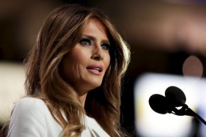 CLEVELAND, OH – JULY 18: Melania Trump, wife of Presumptive Republican presidential nominee Donald Trump, delivers a speech on the first day of the Republican National Convention on July 18, 2016 at the Quicken Loans Arena in Cleveland, Ohio. An estimated 50,000 people are expected in Cleveland, including hundreds of protesters and members of the media. The four-day Republican National Convention kicks off on July 18. (Photo by Chip Somodevilla/Getty Images) Foto: Getty Images. Imagen Por: