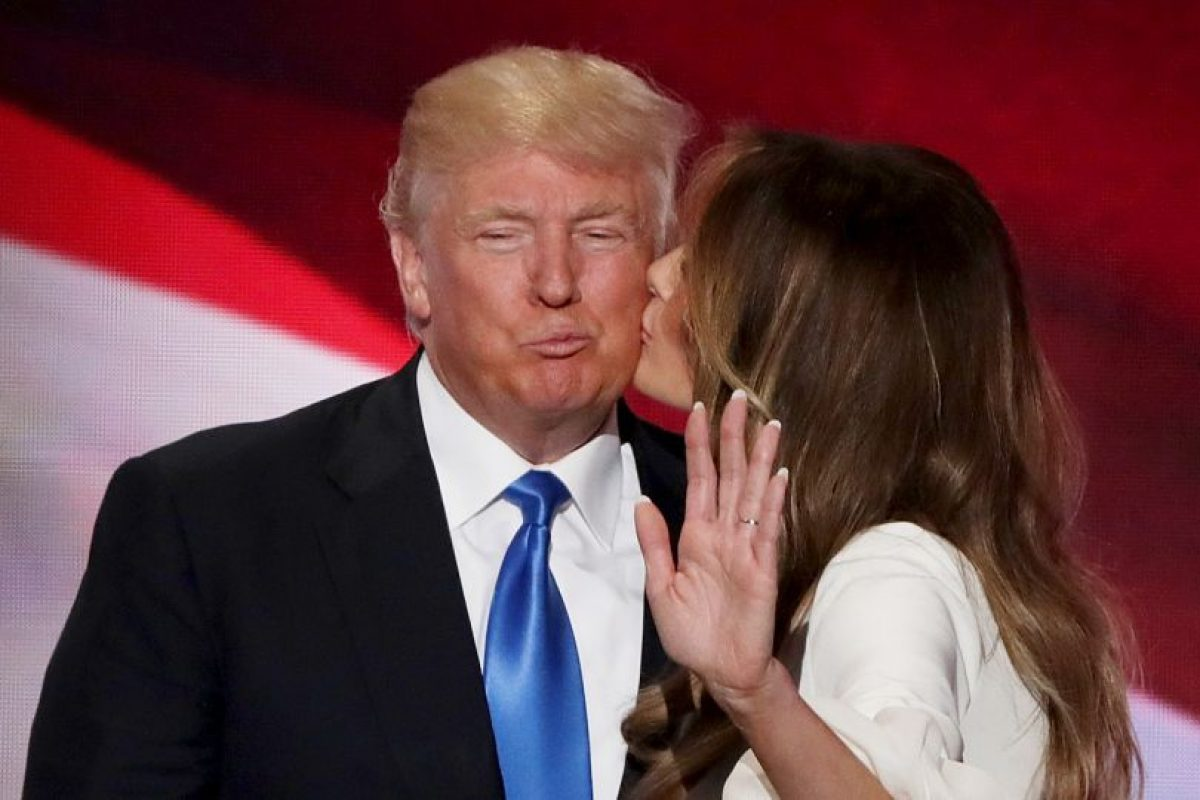 CLEVELAND, OH – JULY 18: Melania Trump kisses her husband and presumptive Republican presidential nominee Donald Trump, after delivering a speech on the first day of the Republican National Convention on July 18, 2016 at the Quicken Loans Arena in Cleveland, Ohio. An estimated 50,000 people are expected in Cleveland, including hundreds of protesters and members of the media. The four-day Republican National Convention kicks off on July 18. (Photo by Alex Wong/Getty Images) Foto: Getty Images. Imagen Por: