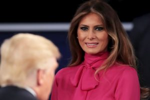 ST LOUIS, MO – OCTOBER 09: Melania Trump (R) greets her husband Republican presidential nominee Donald Trump after the town hall debate at Washington University on October 9, 2016 in St Louis, Missouri. This is the second of three presidential debates scheduled prior to the November 8th election. (Photo by Scott Olson/Getty Images) Foto: Getty Images. Imagen Por: