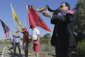 """Un partidario de Trump toca una trompeta """"shofar"""", hecha con un cuerno de carnero, frente a una base de la Infantería de Marina en California. Foto:AFP. Imagen Por:"""