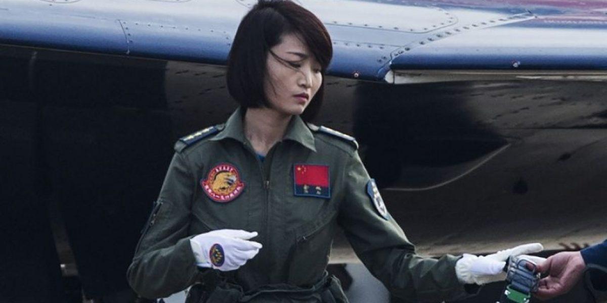"""Conmoción en China por muerte de su piloto militar estrella conocida como la """"Pavo Real Dorada"""""""