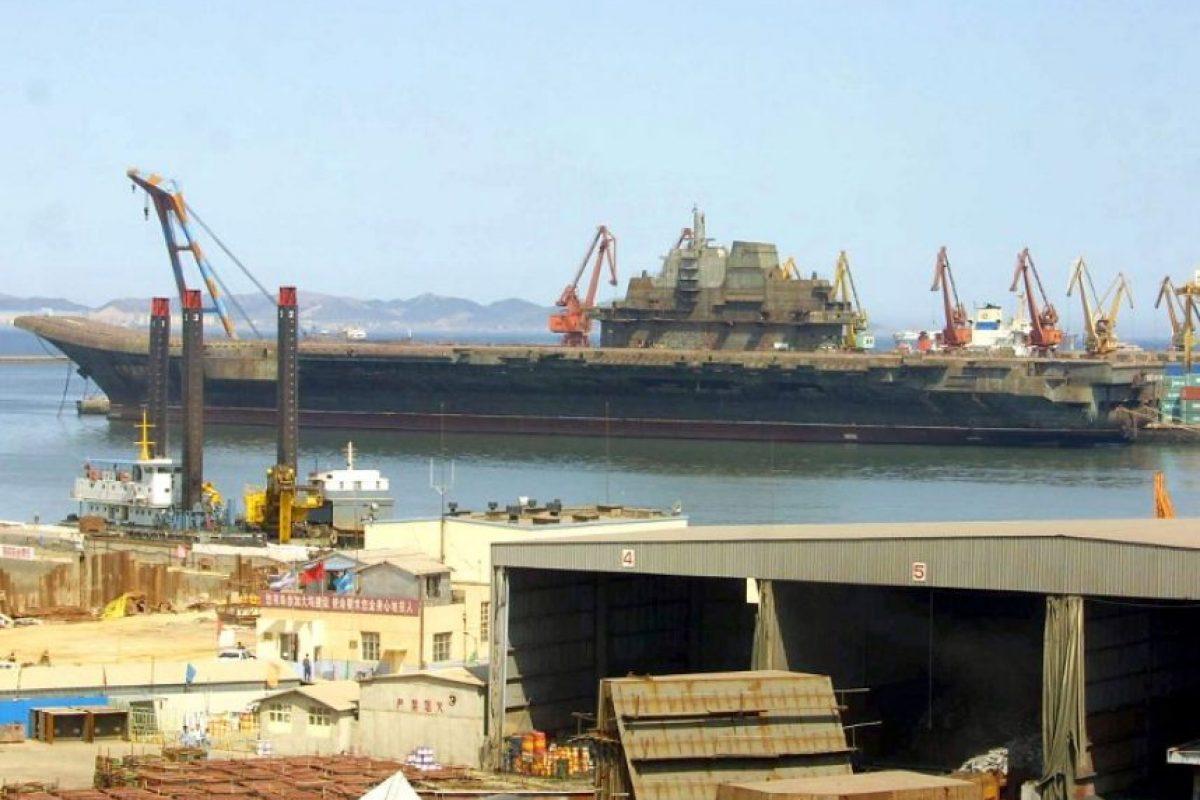 El entonces portaaviones soviético Vargay, recién llegado por puerto chino de Dalian, en 2011. Foto:AFP. Imagen Por: